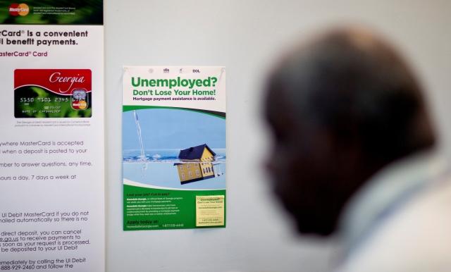 El Departamento de Trabajo dijo  que el promedio de personas que solicitaron beneficios el último mes cayó en 6,250 a 335,500.