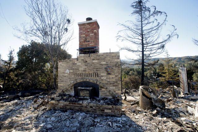 Bomberos avanzan contra el incendio en Riverside