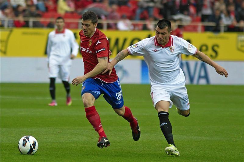 El centrocampista chileno Gary Medel (d) jugará en Inglaterra.