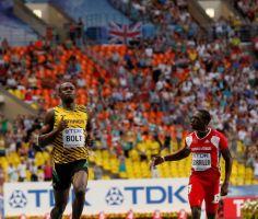 Bolt avanza fácil