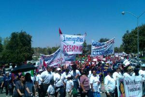 Miles marchan por reforma migratoria en Bakersfield