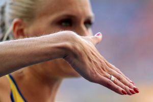 Atleta sueca con 'uñas de arcoíris' violó reglamento