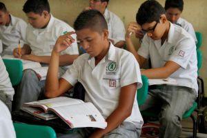 Niños en México van a clases con libros llenos de errores