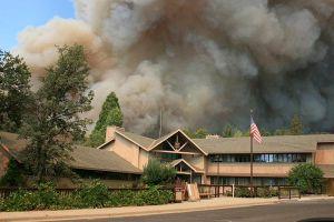 Incendio en Yosemite amenaza cientos de hogares