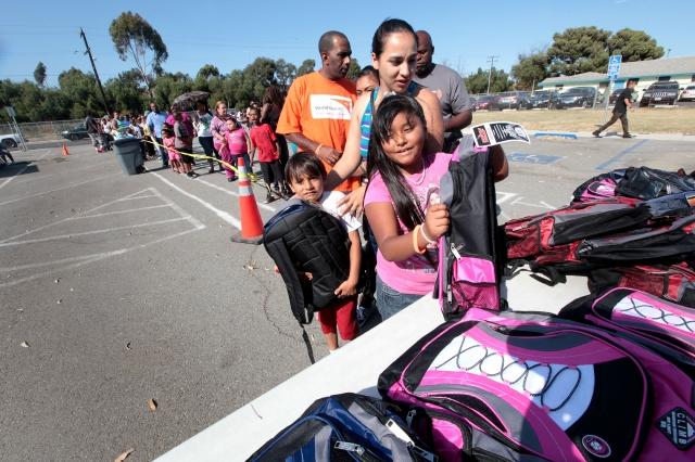Estudiantes de la Escuela Barack Obama Charter recibieron bolsones, libros y útiles escolares.