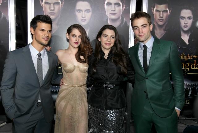 Stephenie Meyer (2a. der.) con Taylor Lautner (izq.), Kristen Stewart y Robert Pattinson, actores de la saga 'Twilight'.