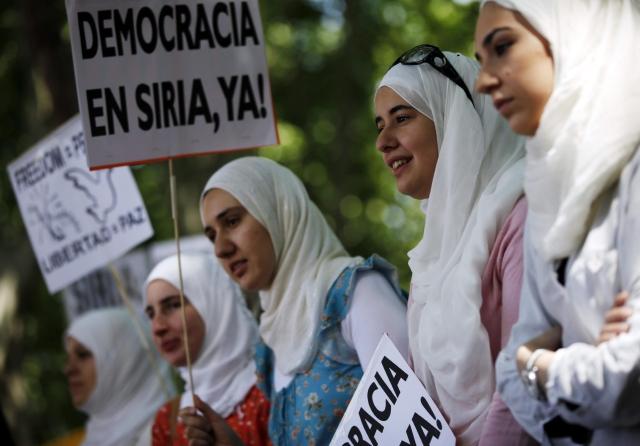 Concentración frente a la Embajada de Siria en Madrid en protesta por el ataque con armas químicas ocurrido el pasado miércoles, donde se cree que han muerto más de 300 personas, en otra nueva masacre.