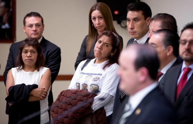 Julieta González, al centro, madre de  Jennifer Robles, uno de los secuestrados del bar Heaven, escucha al Fiscal Rodolfo Ríos.