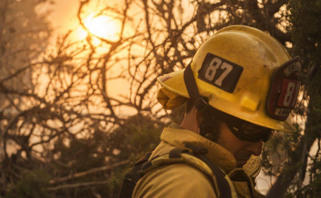 Más de 3,700 bomberos intentan apagar el incendio forestal.