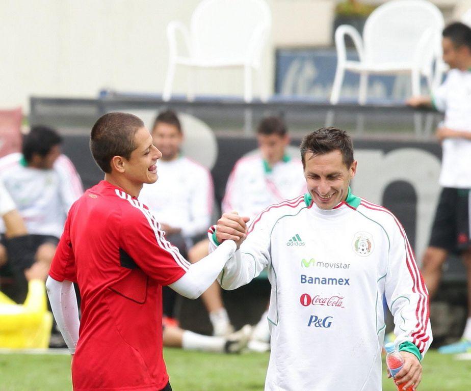 """Javier """"Chicharito"""" Hernández (izquierda) estrecha la mano de Christian Giménez durante un entrenamiento en el Centro de Alto Rendimiento (CAR) de Ciudad de México."""