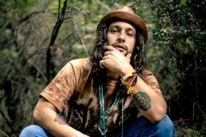 Héctor Guerra rompe barreras una canción a la vez (Video)