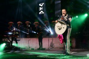 Pepe Aguilar despide al Gibson con música mexicana