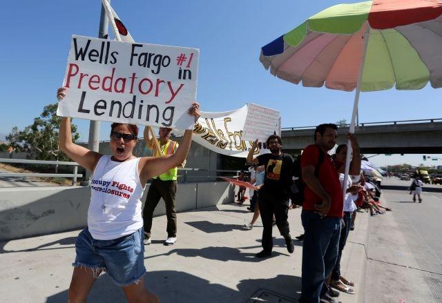 Aprovechan desfile en LA para protestar desalojos