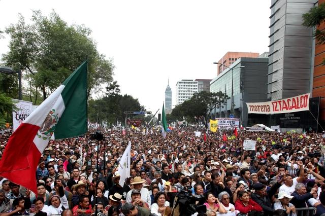 Miles de  MORENA se manifestaban ayer  'en defensa de la economía popular y el petróleo', en Ciudad de México.