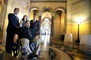 'Dreamers' de California reciben becas del estado