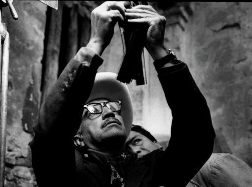Gabriel Figueroa durante el rodaje de 'Sonatas', en 1959.