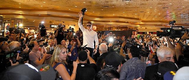 Saúl Álvarez  fue recibido en Las Vegas, el miércoles, por cientos de eufóricos aficionados que lo vitorearon.