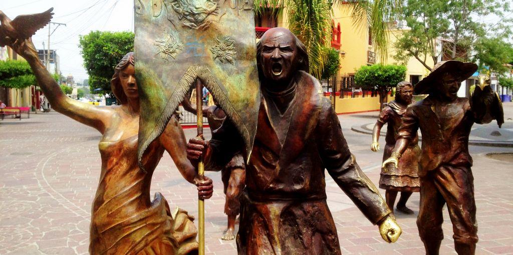 Esculturas que recrean el Grito de Independencia del cura Miguel Hidalgo y Costilla en el centro de Tlaquepaque, Jalisco.