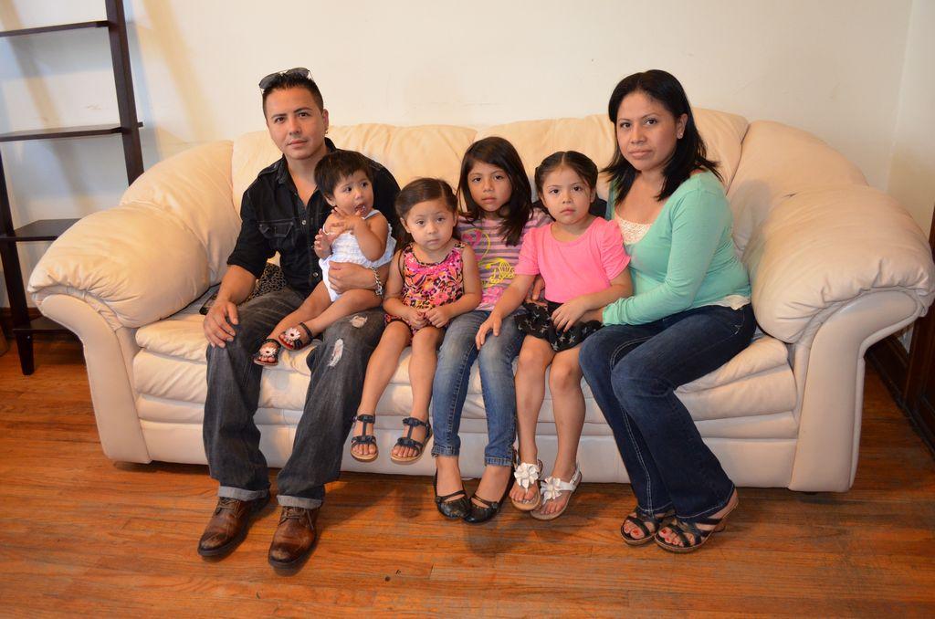 Abraham Martínez, su esposa Blanca Lino y sus cuatro niñas.