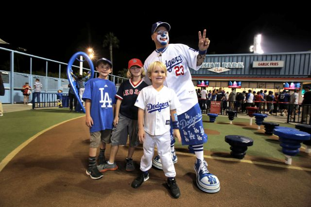 Payaso hace reír a los niños en Estadio de los Dodgers