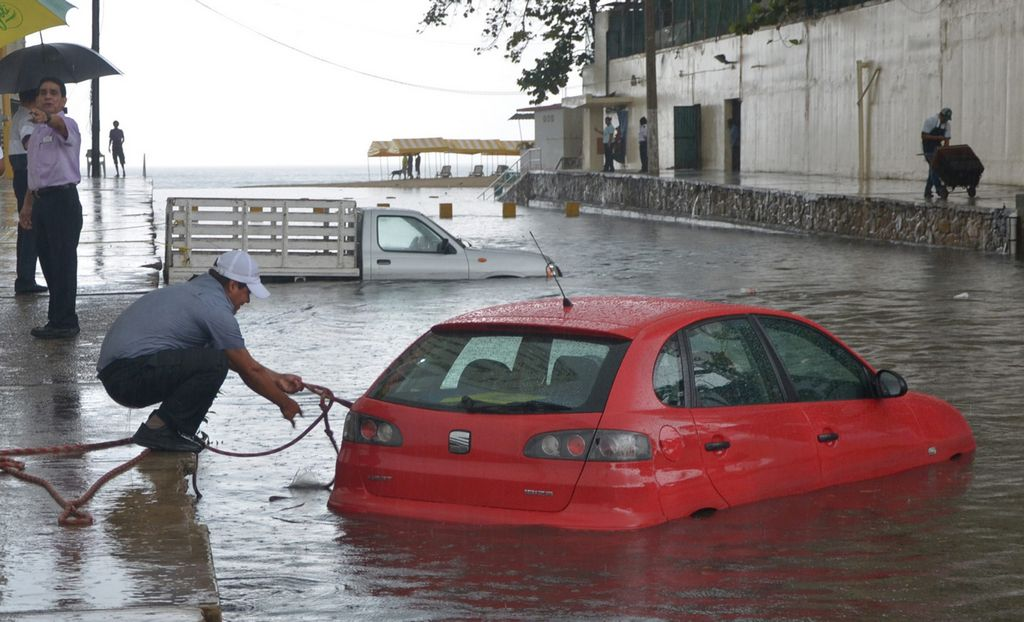 Guerrero y Veracruz evacúan poblaciones por tormentas (Fotos)