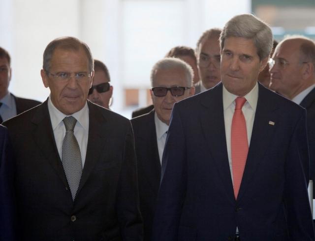 Logran acuerdo los representantes  de EEUU John Kerry (der.) y de Rusia Sergei Lavrov (izq.), para que Siria entregue su control de arsenal químico a la ONU.