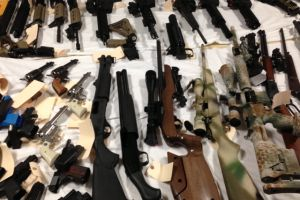 Sheriff de LA ocupa arsenal en vivienda de Simi Valley (fotos)