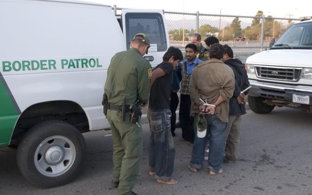Arrestan en Arizona a 31 inmigrantes que viajaban ocultos en un tráiler