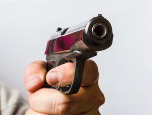 Estudiante lleva una pistola a su escuela y es detenido