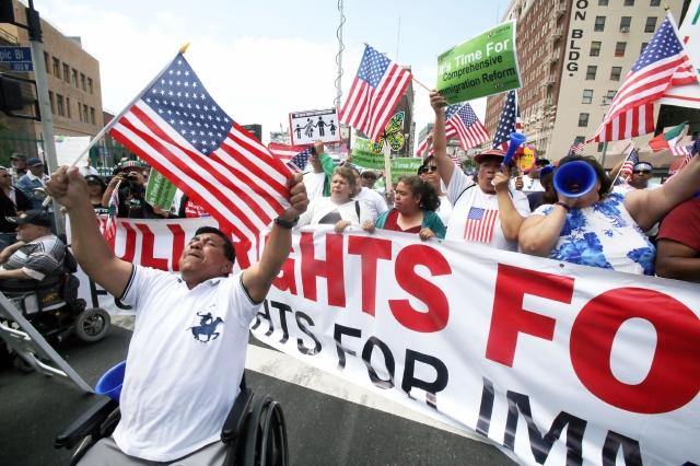 Salvadoreños en marcha por reforma migratoria en LA