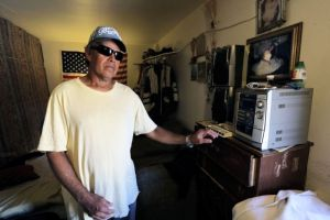 Hondureño ciego busca volver a casa a falta de cuidado médico