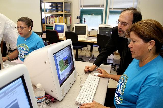 Latinos que no hablan inglés tienen menos acceso al internet en casa
