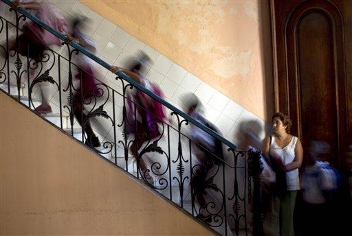 Árbol gigante cae sobre colegio en Colombia, reportan 14 heridos