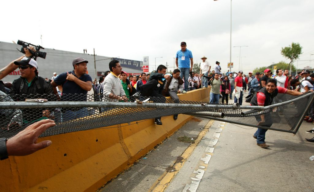 Maestros cierran acceso al aeropuerto en la capital mexicana