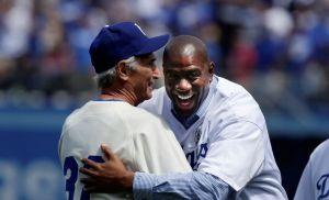 El 'bikini azul' del 'Magic' Johnson calienta el Dodgers-Bravos (Video)