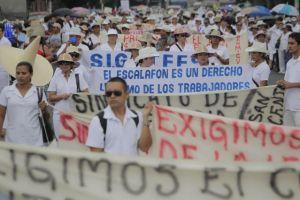 Marchan en El Salvador empleados de sector salud