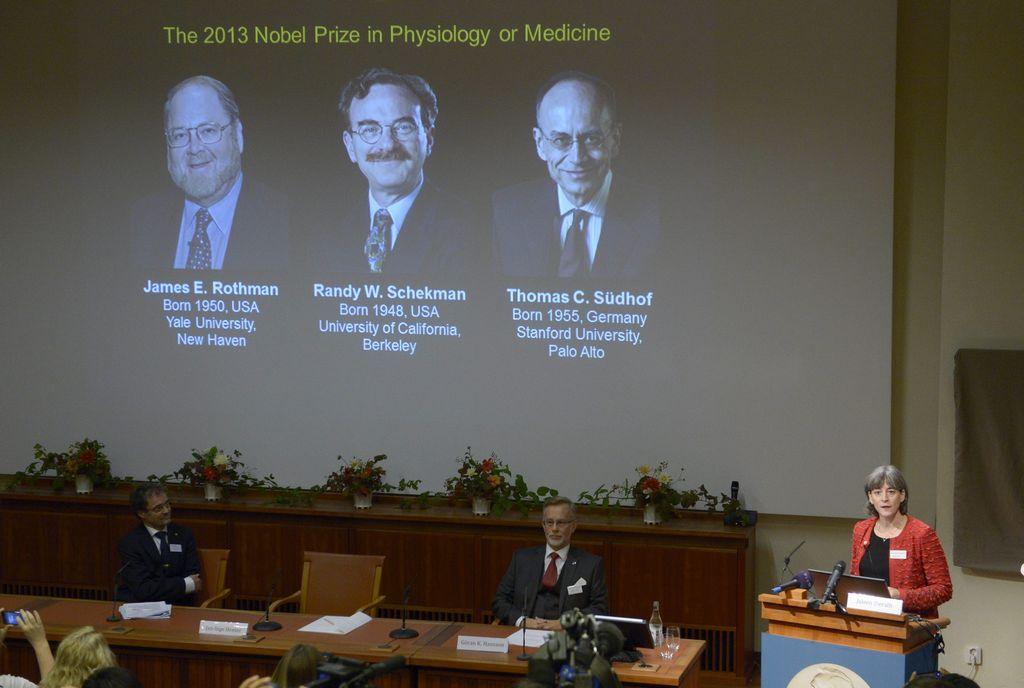 Temprano este lunes fue realizado el anuncio sobre los ganadores del Premio Nobel de Medicina; en pantalla se observan las fotos de los galardonados.