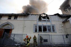 Incendio en iglesia en sur de LA deja 3 bomberos lesionados