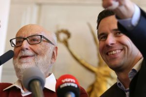 Englert y Higgs ganan el premio Nobel de Física (Video)