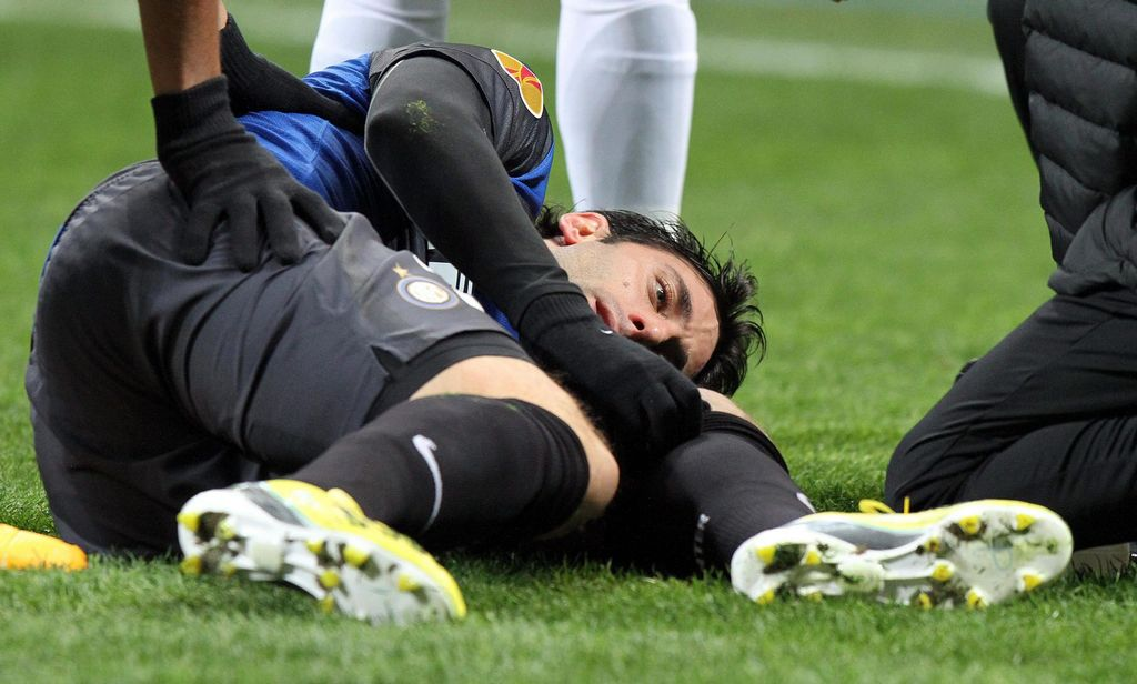 Diego Milito sufre distensión en la pierna izquierda
