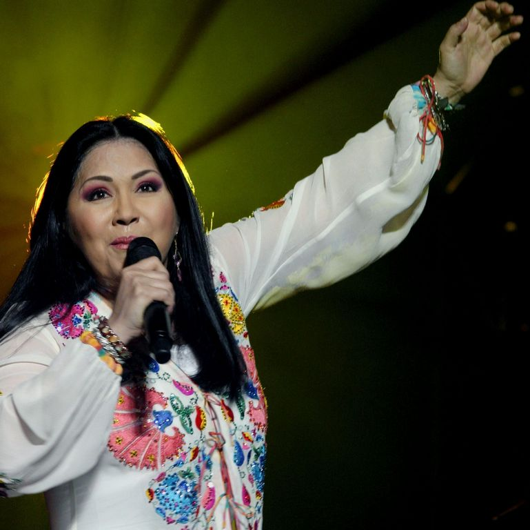 Ana Gabriel presta voz a damnificados en México