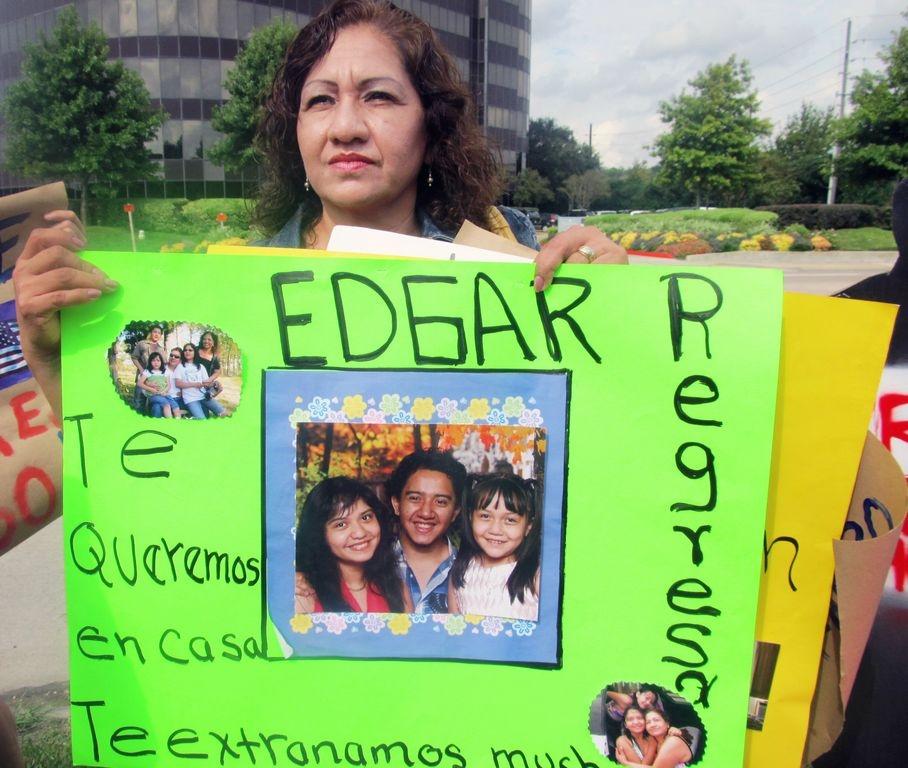 La familia de Torres y un grupo de manifestantes se presentaron el lunes 14 de octubre a la Oficina de Asilo de Houston para pedir que Edgar, de 21 años, sea liberado junto con sus compañeros del Centro de Procesamiento de ICE (Inmigración y Aduanas) en el Paso, Texas.
