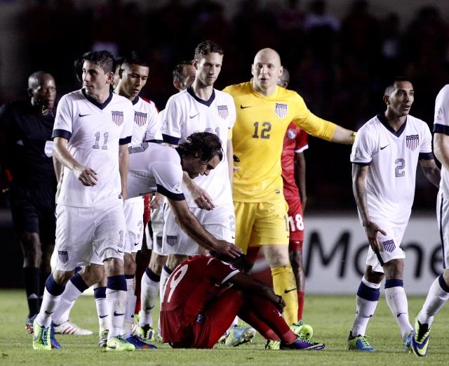 Graham Zusi trata de consolar a Alberto Quintero depués del triunfo de Estados Unidos de anoche en el Estadio Rommel Fernández.