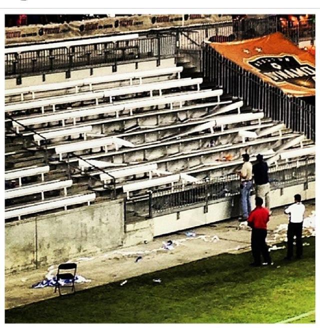 Siete de las bancas de la sección 135 del BBVA Compass Stadium quedaron completamente destrozadas en menos de tres horas durante el partido de los Rayados de Monterrey y Cruz Azul.