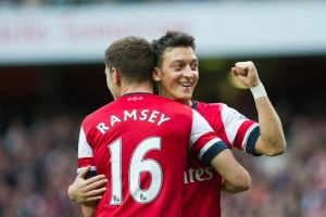 Arsenal vence a Norwich y es líder en la Premier