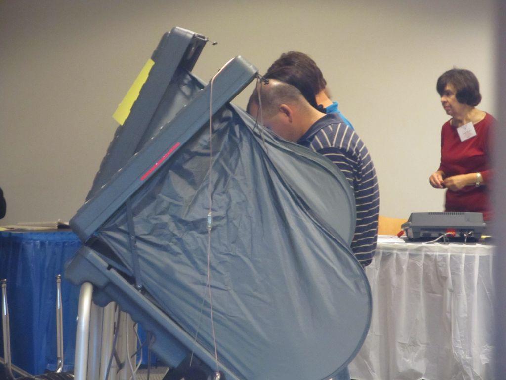 Durante la votación temprana se puede votar en cualquier sitio de votación sin importar a que precinto pertenece. En el Día de Elecciones, el votante lo tendrá que hacer en su respectivo precinto sin excepciones.