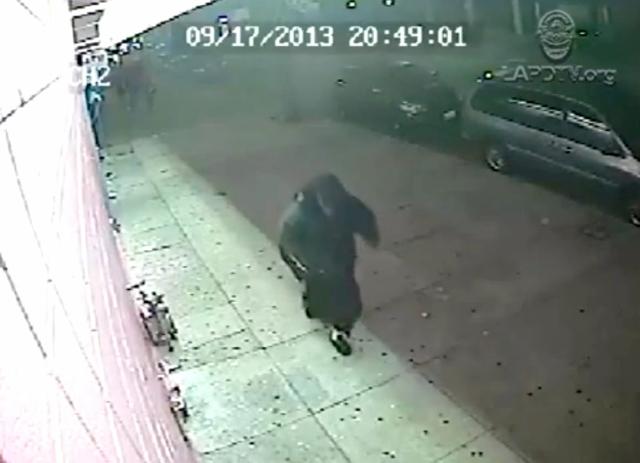 Video muestra a sospechoso de asesinato de cajera en LA