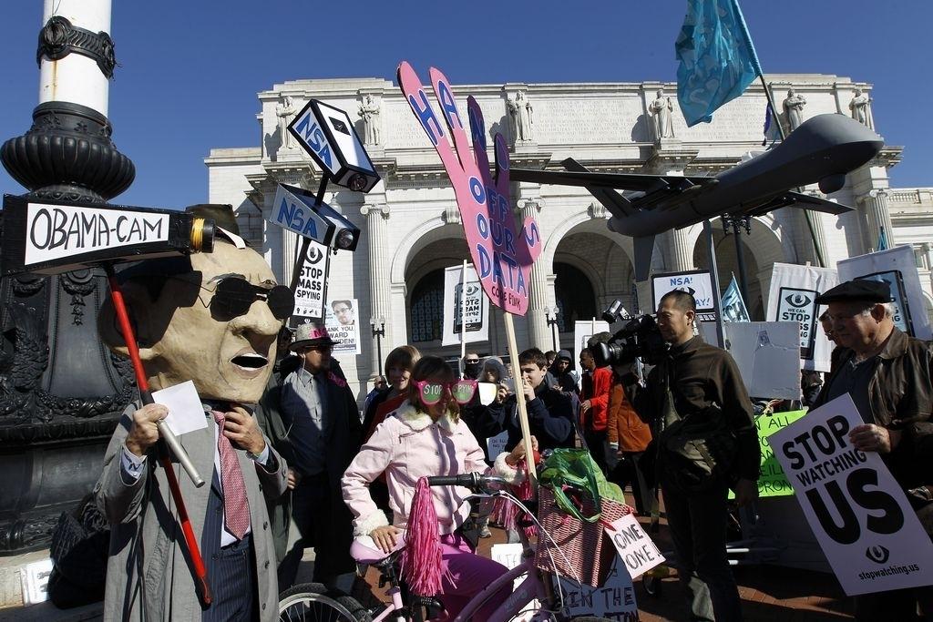 """Los activistas cargaban pancartas con mensajes que leían """"Detengamos el espionaje masivo"""" y """"Dejen de vigilarnos""""."""