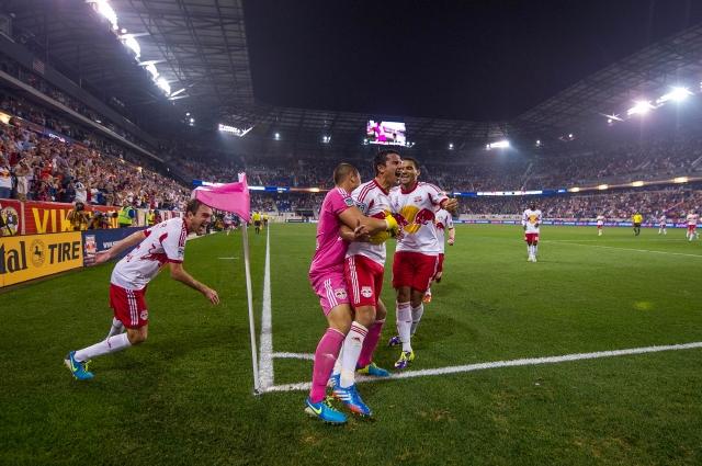 Jugadores de los Red Bulls de Nueva York celebran un triunfo del equipo en el Red Bull Arena.