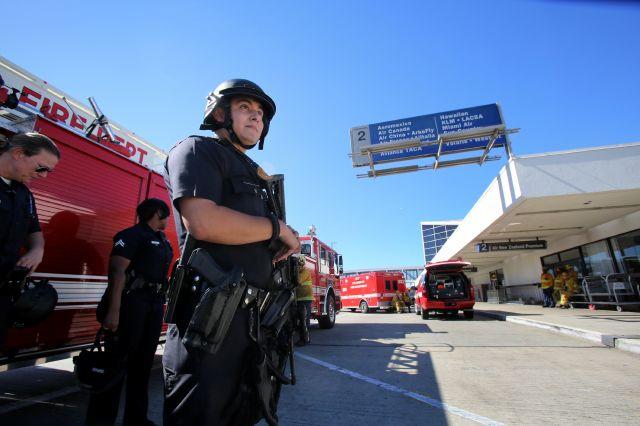 LAX continúa en estado de emergencia, con vigilancia aumentada tras el tiroteo que dejo 7 heridos y un muerto.